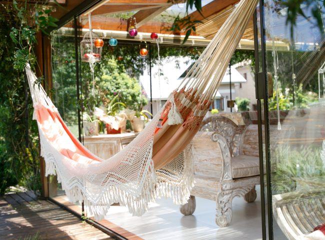 Ideas para tener una hamaca en la terraza balc n o jard n - Como instalar una hamaca en la pared ...