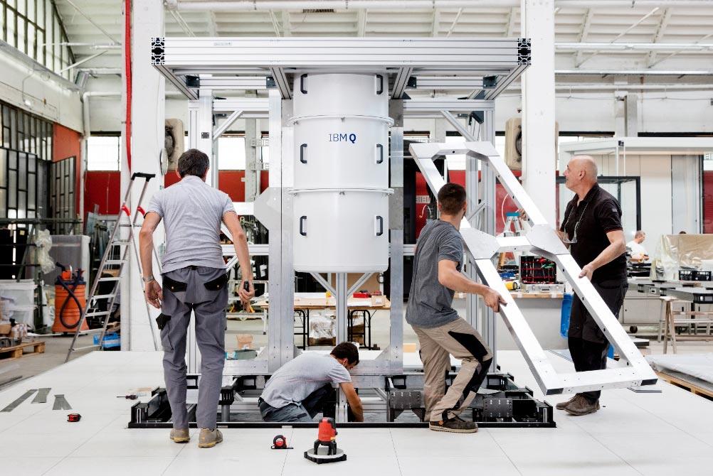 """Empleados de la empresa italiana de diseño industrial Goppion montan una estructura para una computadora cuántica modelo """"IBM Q System One"""". Foto: IBM/dpa"""