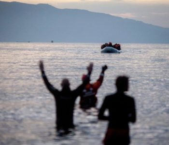 Refugiados llegan en un bote de goma desde Turquía a la isla griega de Lesbos. Foto: Kay Nietfeld/dpa