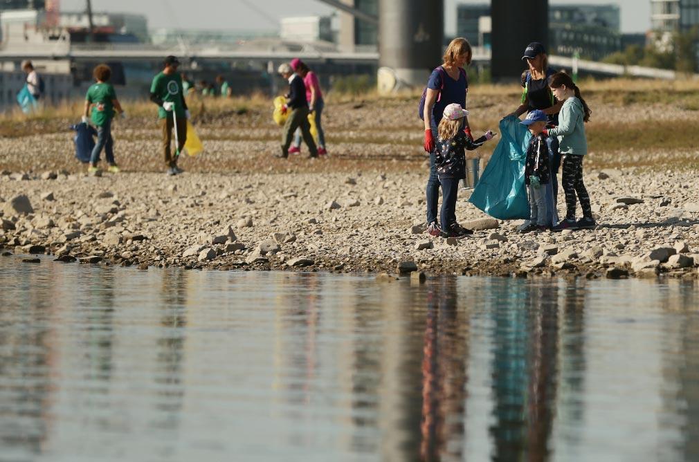 """Unos de los 20.000 voluntarios participantes en la iniciativa """"Limpiar el Rin"""". Foto: David Young/dpa"""