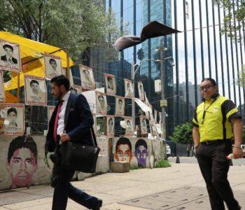 Carteles de los 43 estudiantes desaparecidos en 2014 frente a la sede de la antigua Procuraduría General de la República en Ciudad de México. Foto: Andrea Sosa Cabrios/-/dpa