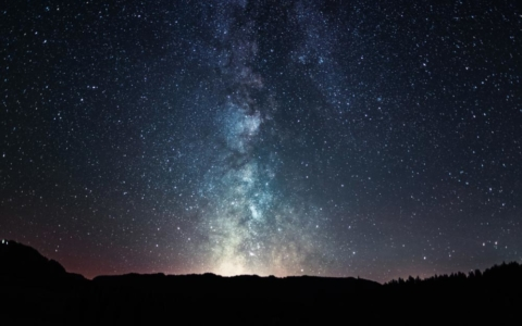 No olvidemos que somos parte de un cosmos: mirar las estrellas puede ser un gran momento. Foto: Sebastian Voltmer/dpa-tmn