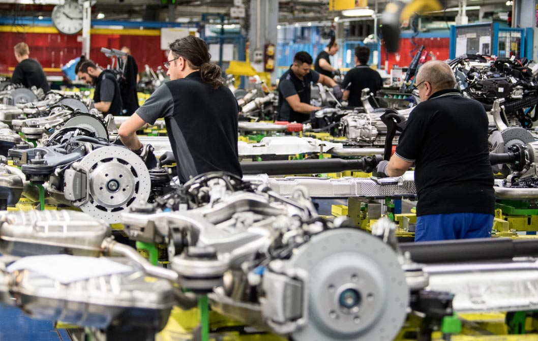 Operarios en el área de montaje de motores de la planta de Mercedes-Benz de Sindelfingen, Alemania. Foto: Sebastian Gollnow/dpa