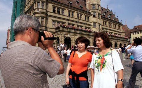 Turistas japoneses delante del ayuntamiento en Rothenburg ob der Tauber, en el estado alemán de Baviera. Foto: Stefan Kiefer/dpa Foto: Stefan Kiefer/dpa