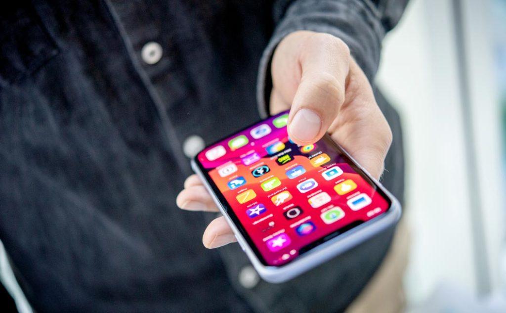 """Los modelos del iPhone 11 incorporan el """"haptic touch"""", que permite activar determinadas funciones presionando por cierto tiempo. Foto: Zacharie Scheurer/dpa-tmn"""