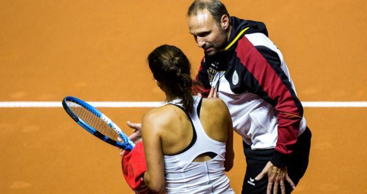 La alemana Julia Görges habla con el capitán del equipo germano de Copa Fed, Jens Gerlach. Foto: Thomas Niedermüller/dpa