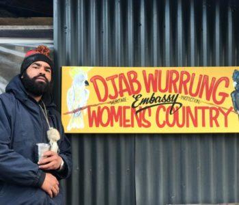 """Djab Mara, portavoz de las protestas contra la tala de cientos de árboles, incluidos los llamados """"birthing trees"""" de los aborígenes australianos. Foto: Christoph Sator/dpa"""
