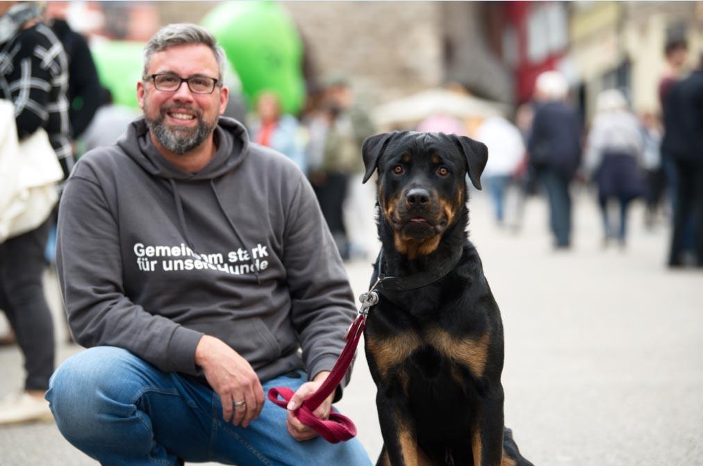 Un Rottweiler junto a su dueño Foto: Ralf Graner/dpa
