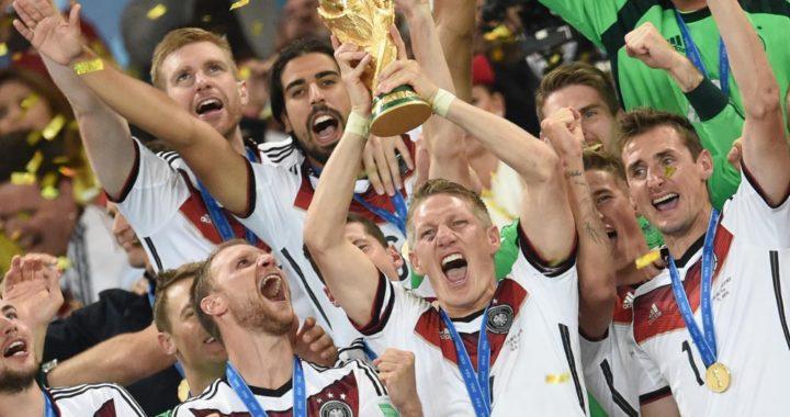 El internacional alemán Bastian Schweinsteiger (2. der.) levanta la Copa que ganó junto a la selección alemana en el Mundial 2014 en Brasil. Foto: Andreas Gebert/dpa