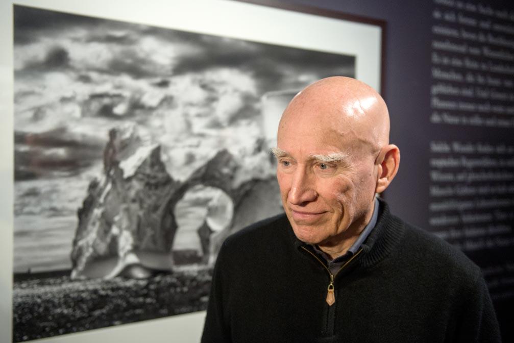 """El fotógrafo Sebastião Salgado, delante de una de sus fotografías en la muestra de su proyecto """"Génesis"""" en una galería de arte de Berlín. Foto: Maurizio Gambarini/dpa"""