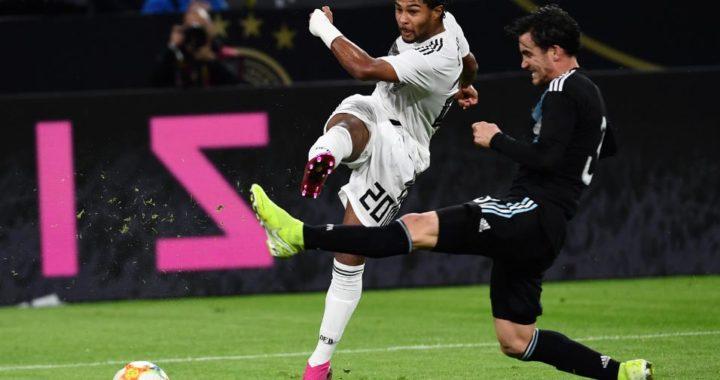 El alemán Serge Gnabry (izq.) lucha por la pelota con el argentino Nicolás Tagliafico durante el amistoso Alemania-Argentina. Foto: Marius Becker/dpa