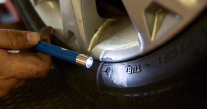 Más vale que un profesional revise los daños en los neumáticos. Foto: Inga Kjer/dpa-tmn