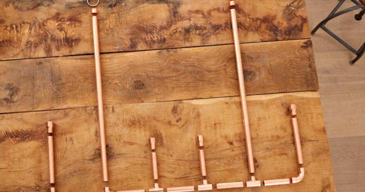 El adorno navideño de cobre se compone de 11 piezas cilíndricas y seis codos. Es facilísimo de armar. Foto: Bosch/DIY