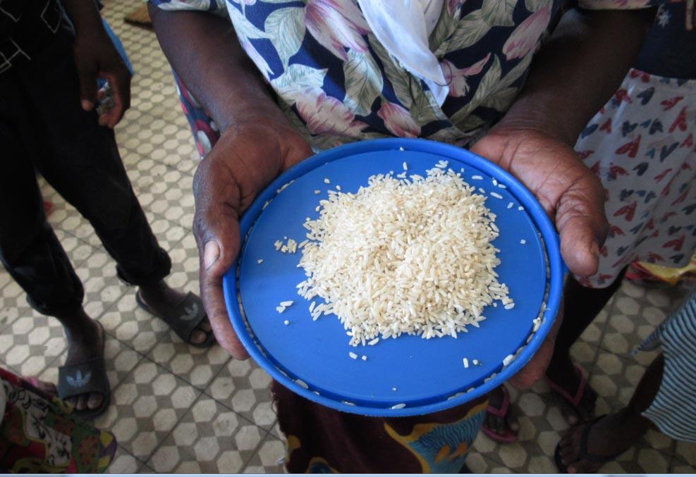 """Una mujer sostiene un plato de arroz en un campamento para las víctimas del ciclón """"Idai"""" en Mozambique. Foto: Kate Bartlett/dpa"""