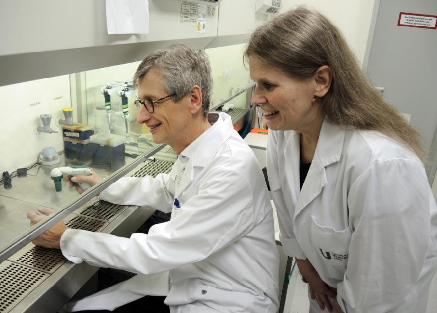 La química Claudia Friesen y el doctor Thomas Seufferlein. Foto: Thomas Burmeister/dpa