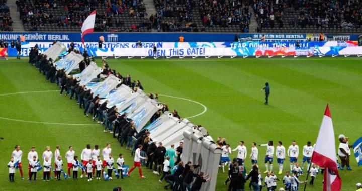 El club alemán Hertha Berlín recibe al Leipzig derribando un muro simbólico en el trigésimo aniversario de la caída del Muro de Berlín. Foto: Soeren Stache/dpa-Zentralbild/dpa