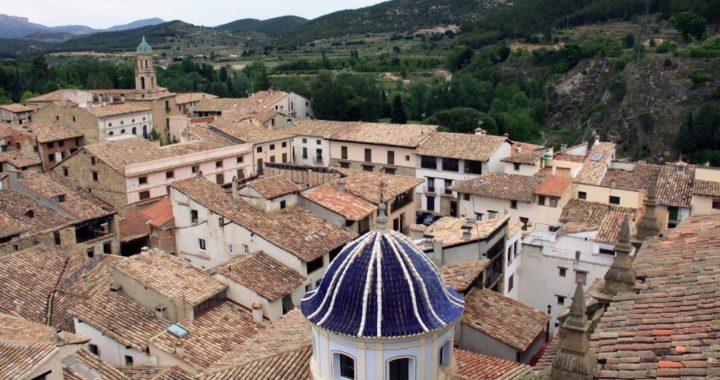 Vista hacia Rubielos de Mora, un pueblo ideal para recorrer y degustar menúes de trufas. Foto: Manuel Meyer/dpa-tmn