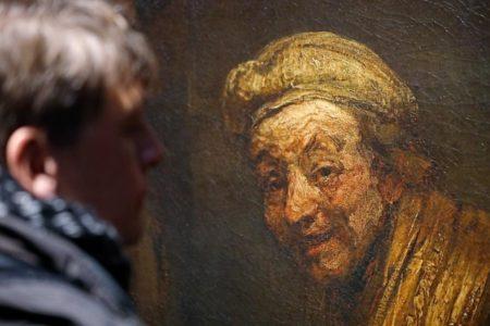 Un visitante de la exposición observa un autorretrato de Rembrandt. Foto: Oliver Berg/dpa