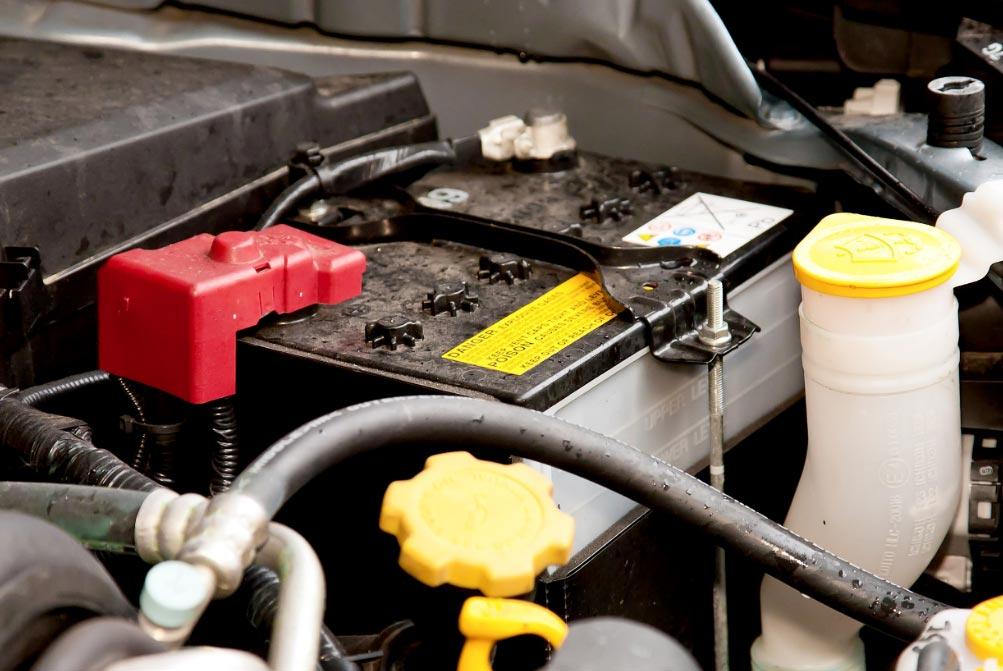 Es importante mantener limpios la parte exterior de la batería y los polos. Foto: Kai Remmers/dpa-tmn