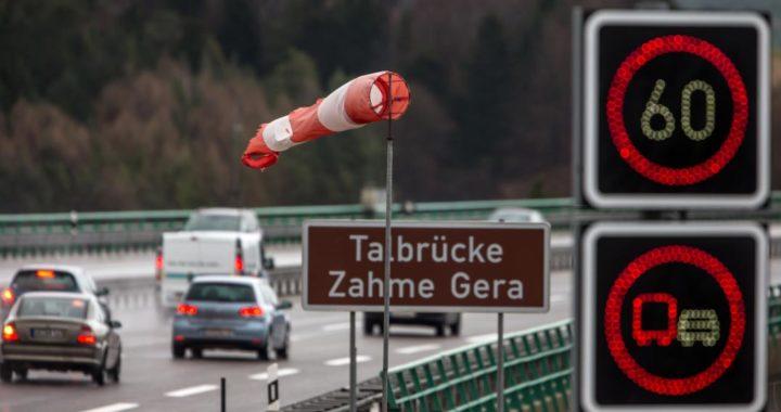 El viento de costado puede ser bastante traicionero en la autopista. Foto: Michael Reichel/zb/dpa