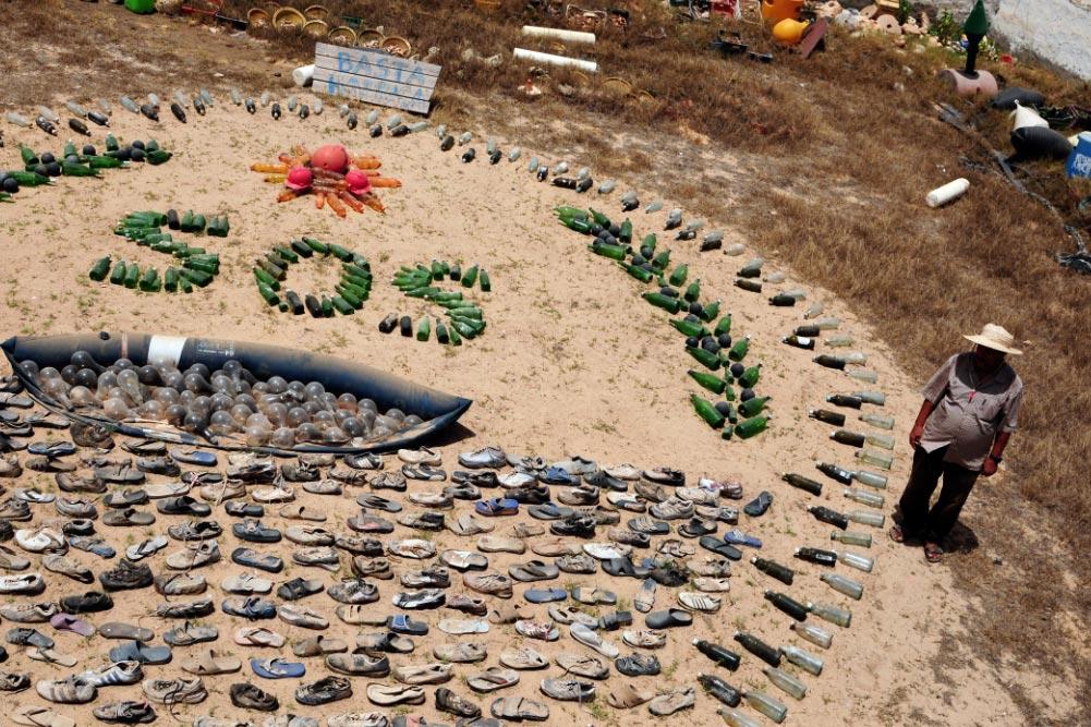 El tunecino Mohsen Lihidheb ha creado en su jardín un museo privado con residuos de plástico rescatados del Mediterráneo. Foto: Simon Kremer/dpa