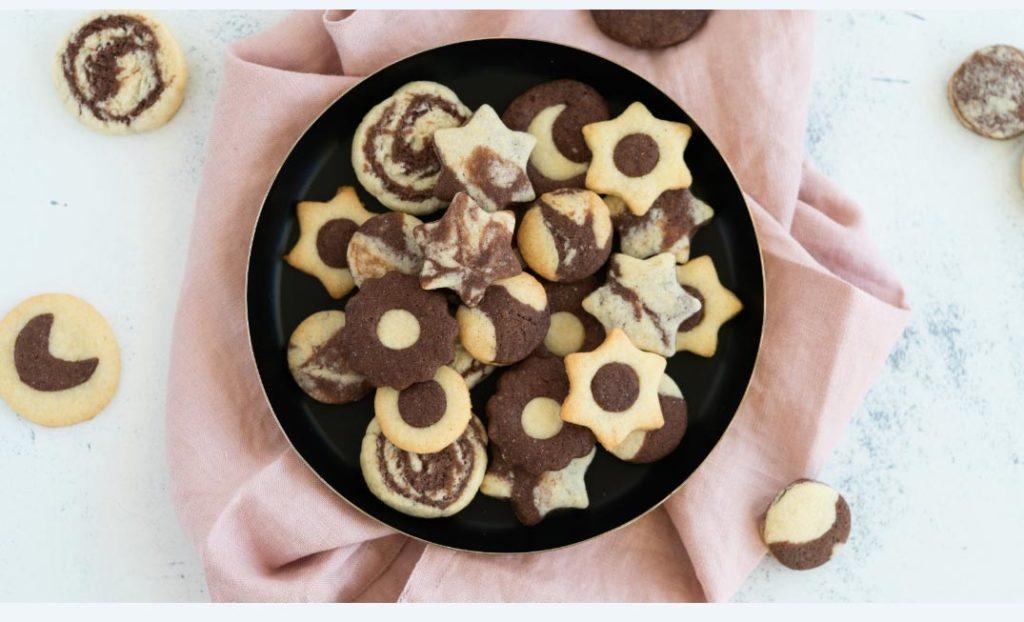 Las galletas blancas y negras son muy atractivas con poco. Animate a prepararlas. Foto: Kathrin Runge/backenmachtgluecklich.de/dpa-tmn
