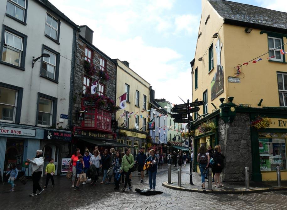Músicos forman parte del ambiente en las calles de Galway, en la costa oeste de Irlanda. Foto: Alexandra Stahl/dpa-tmn/dpa