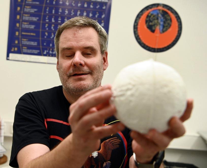 El astrónomo ciego Gerhard Jaworek sostiene un modelo táctil de Marte en el Instituto Tecnológico de Karlsruhe (KIT). Foto: Uli Deck/dpa