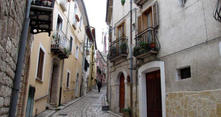 Una pequeña calle en Campobasso, capital de la región italiana de Molise. Foto: Klaus Blume/dpa