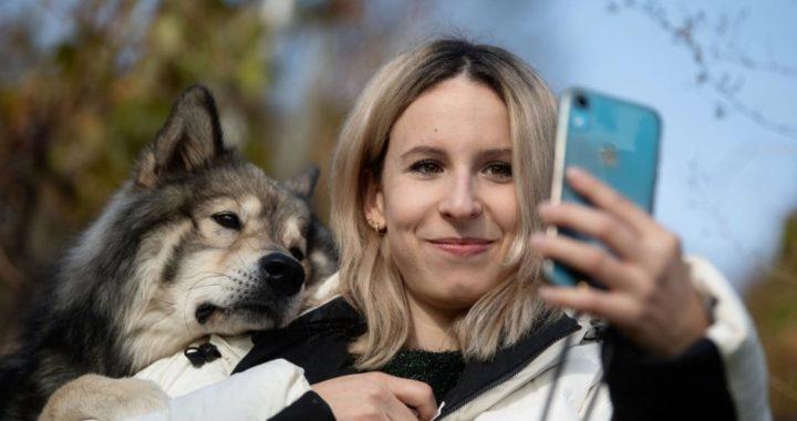Nicole Lenhardt hace un selfie con su perro Milo en un viñedo en las proximidades de Stuttgart, Alemania. Foto: Marijan Murat/dpa