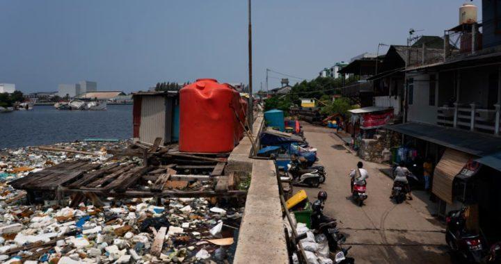 Muro de protección en el distrito de Muara Baru, una zona de Yakarta que se inunda a menudo. Detrás del muro se acumula la basura. Foto: Fauzan Ijazah/dpa