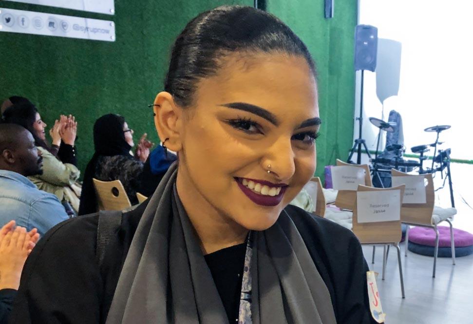 Yohara, de 20 años, tras su actuación en una velada de karaoke público en Riad. Foto: Jan Kuhlmann/dpa