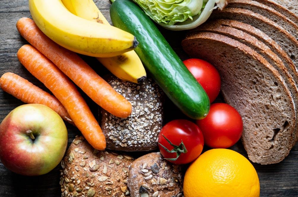 El pan y las verduras también aportan hierro. Foto: Robert Günther/dpa-tmn