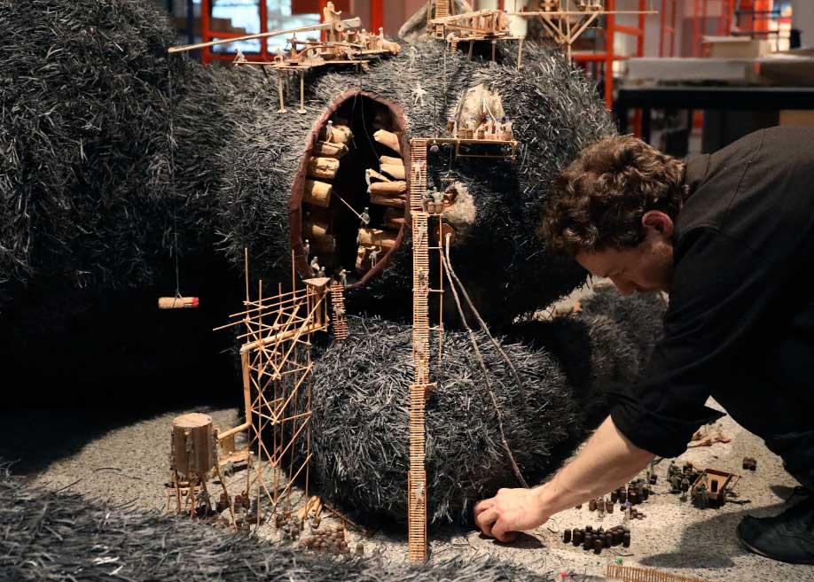 """El artista Matthias Böhler durante el montaje de su obra """"Give us, dear"""", que representa la explotación de la naturaleza. Foto: Oliver Berg/dpa"""